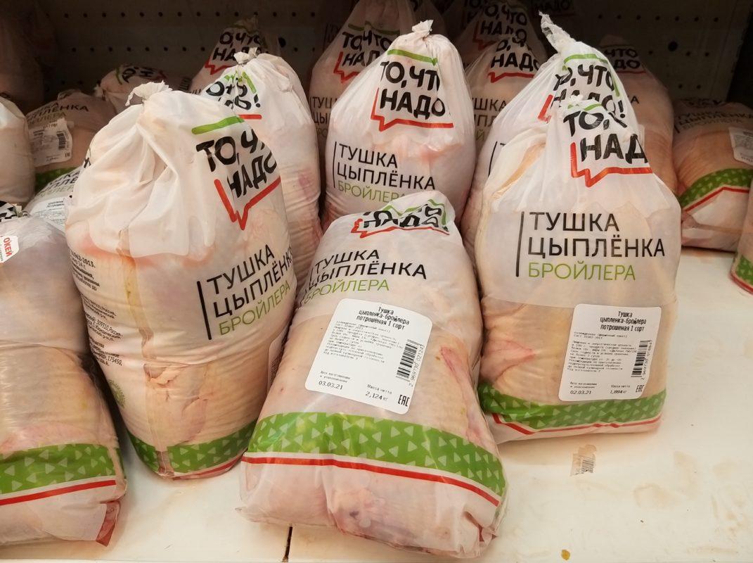 мясо курицы на полках магазинов